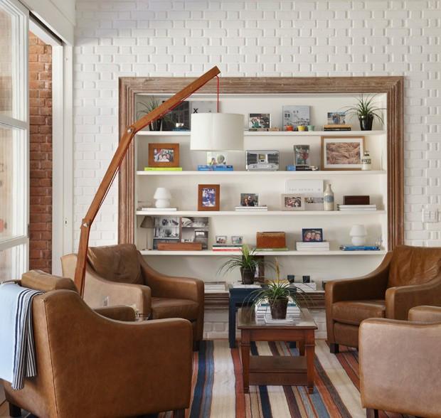 sala-de-estar-estante-branca-madeira-tijolos-arquiteta-patricia-carvalho