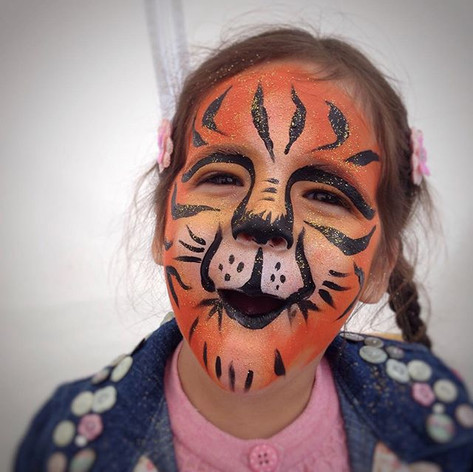 What a scary tiger cub! #bunkfest #festivalfaces #facepaint #facepainting #facepainted #festival #bodypaint #bodypainting #neon #stargazer #