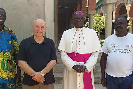 Père Jacques Mathieu entouré d'Africains