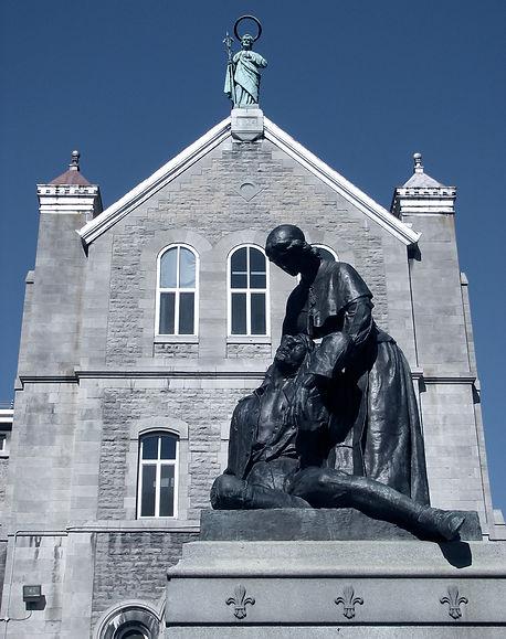 Façade Sud de l'Hôtel-Dieu de Montréal, avec la statue de Jeanne Mance.