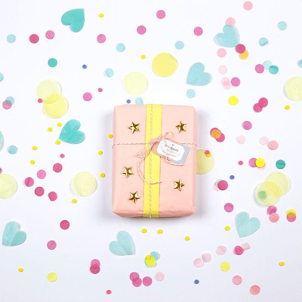 Cadeau d'anniversaire et confettis Bo'kit