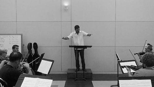 Regendo uma orquestra de câmara  realizando 'Appalachian Spring', de Aaron Copland - curso da UCLA