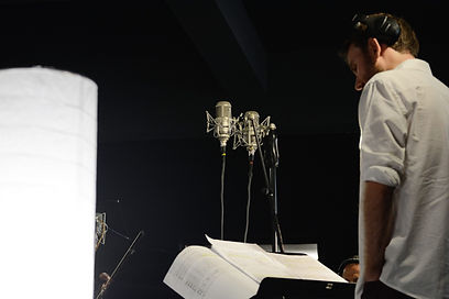 Alex Pfeiffer regendo quarteto de cordase flauta no estúdio Arsis