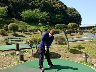 "Curious ""Yurarikko kids"" play mini golf."