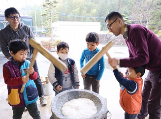 Rice pounding, so mochi(much) fun!! ゆらりっこの餅つき