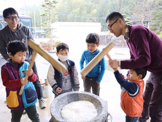 Rice pounding, so mochi(much) fun!! ゆらりっこの餅つき