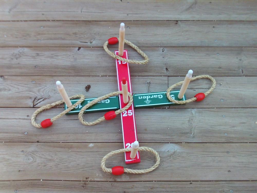 Soyez le plus adroit pour lancer les anneaux de corde dans les cibles en bois ! Nbre joueurs : 1 partir de 3 ans