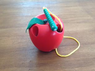 La pomme et son petit ver de terre