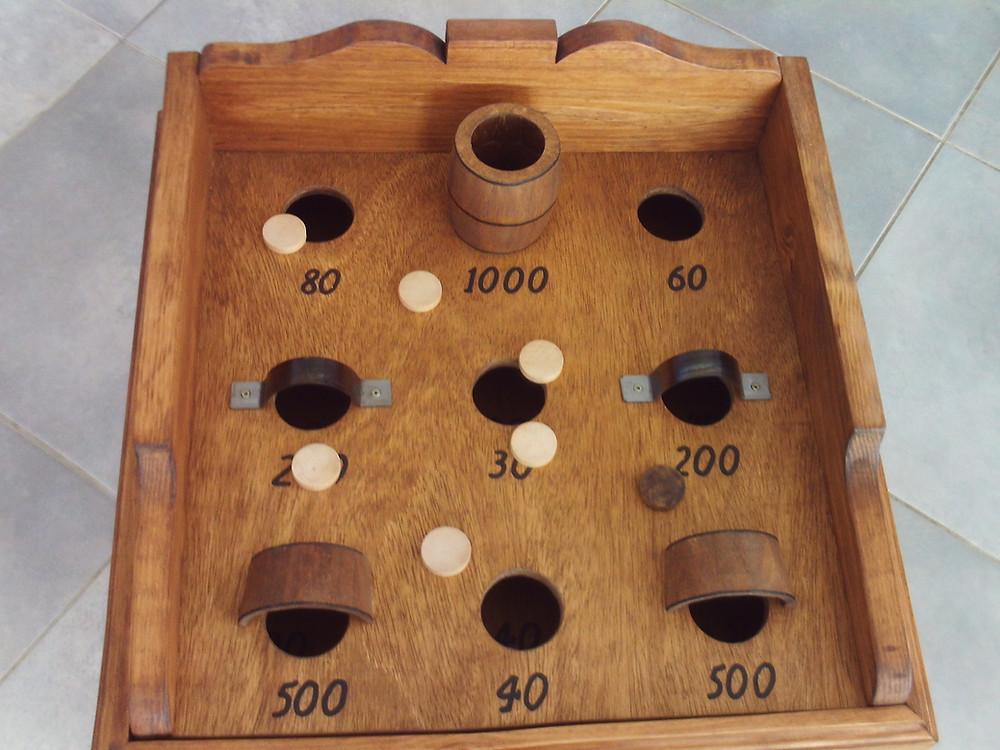 Lancer les 8 palets et essayer de marquer un maximum de points. Dimensions: 50cm x 60cm