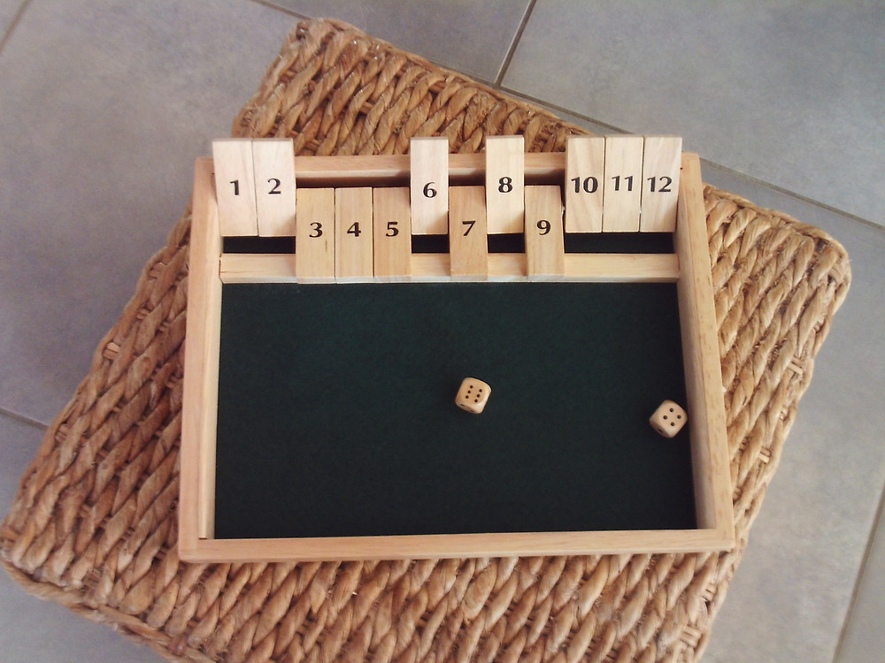 Après un jet de dés, le joueur ferme les chiffres correspondants à son tirage, soit en décomposant les points de chaque dé, soit en les additionnant. Après avoir lancé les dés, le joueur ferme les clapets dont les chiffres correspondent au tirage, soit en prenant séparément les 2 points de chaque dé, soit en les additionnant. Nombre de joueurs : 1. A partir de  7 ans