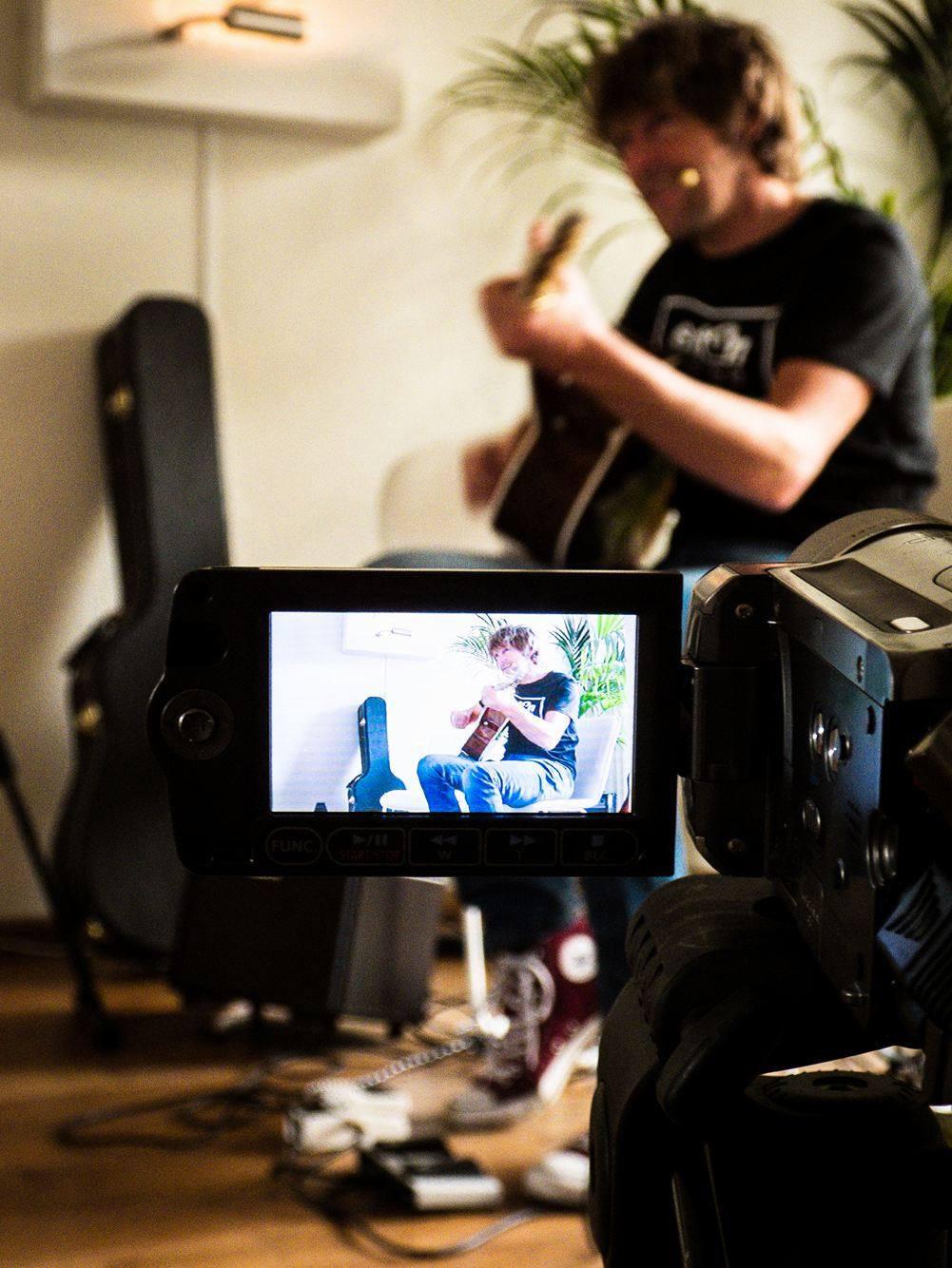 Online living room concert