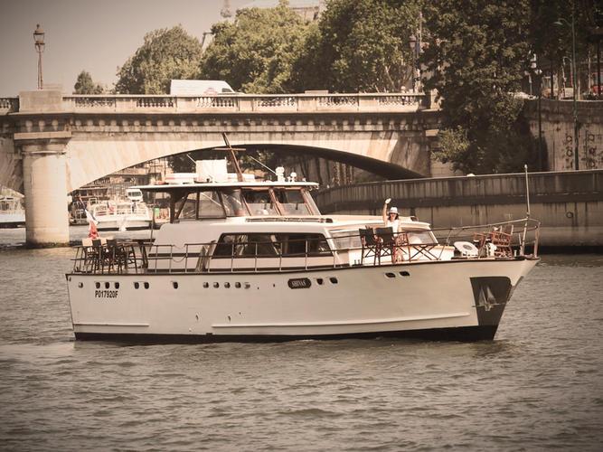 Super Riviera motor yacht at Concorde Paris