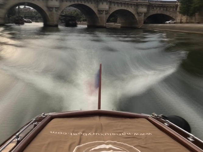 Private boat sunbed to enjoy Paris by the Seine