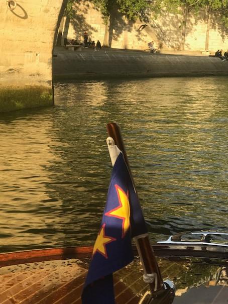 Brève n°2 : Anecdote insolite vue de la Seine a bord de nos bateaux Luxe et Vintage à Paris