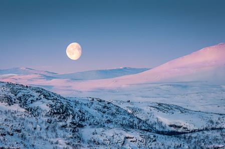 Coucher de lune au lever de soleil en Laponie