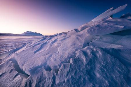 Bloc de glace sur le lac au coucher du soleil en hiver