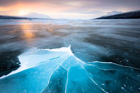 Lac de glace bleue en Laponie lors du voyage photo