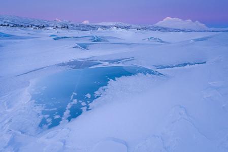 Lac Akkajaure au lever du soleil en Suède en Hiver