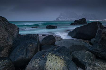 Plage d'Uttakleiv par mauvais temps en Norvège