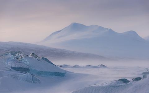 Montagne Akka dans le Stora Sjofallet sur le lac de glace