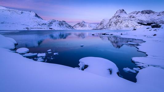 Paysage de fjord après le coucher du soleil aux iles Lofoten en hiver