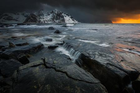 Coucher de soleil dans les rochers près du fjord dans les iles Lofoten