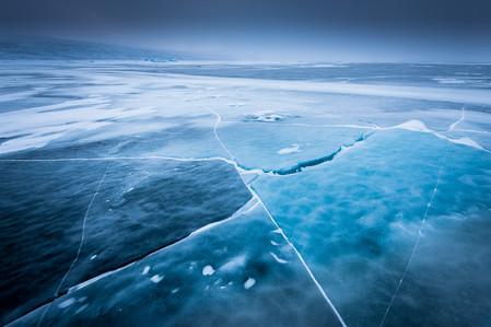 Ciel nuageux et glace sur le lac en Laponie