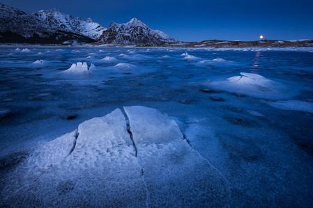 éclipse  de lune sur la mer gelée dans l'arctique norvégien