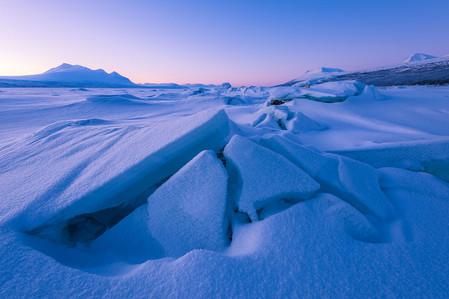 Glace fracturée en blocs sur un lac lors du voyage photo en Laponie