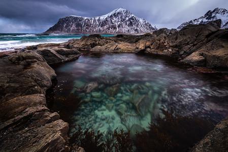 Vasque d'eau dans les rochers lors du voyage photo en Laponie