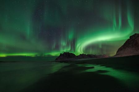 Aurore polaire au dessus du fjord dans les îles Lofoten