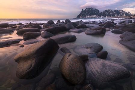 Galets dans le fjord des iles Lofoten au coucher du soleil