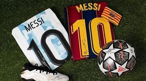 Ballons, chaussures et maillots Argentine et FC Barcelone dédicacés par Lionel Messi.webp