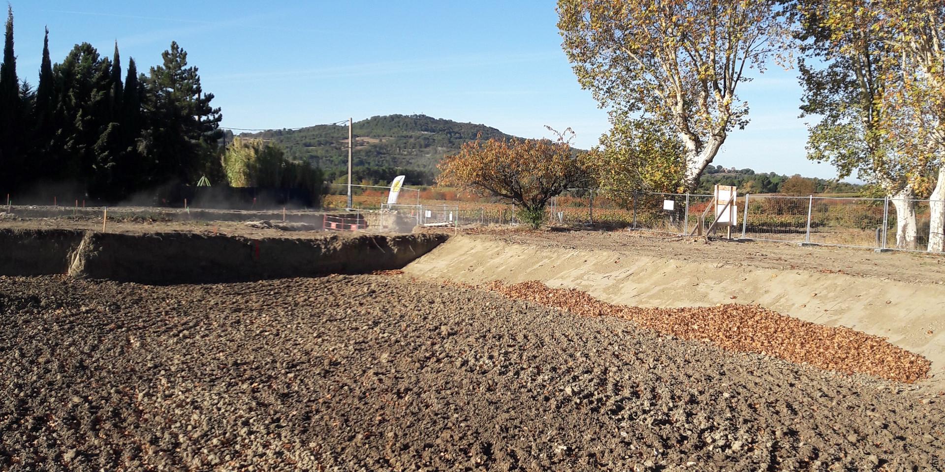 25/10/2017 - le bassin pluvial est creusé à l'entrée du parc d'activités