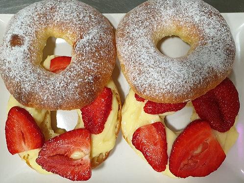 Bagels cu cremă de cremșnit și căpșuni