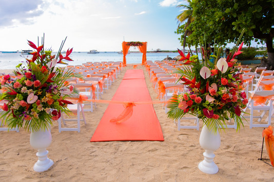 beach wedding ceremony pedestal arrangements