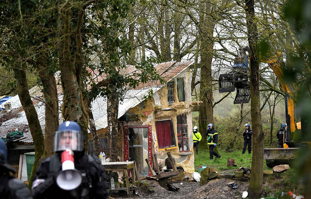 french-gendarmes-prepare-to-destroy-4505-diaporama