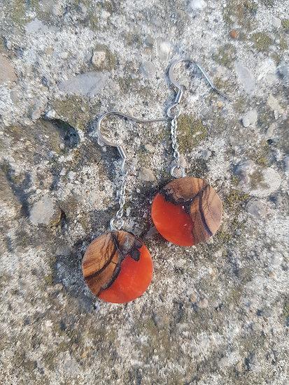 Boucles d'oreilles en olivier et résine orange  nacrée
