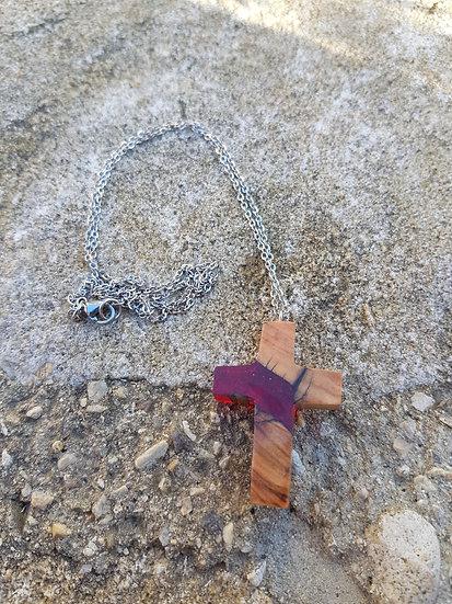Collier croix en bois d'olivier et résine rouge