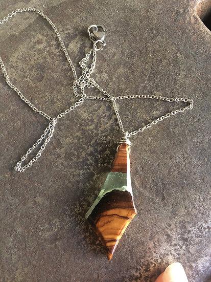 collier en bois d'olivier et résine verte effet montagne