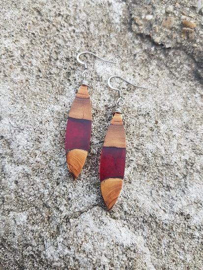 Boucles d'oreilles en olivier et résine rouge transparente
