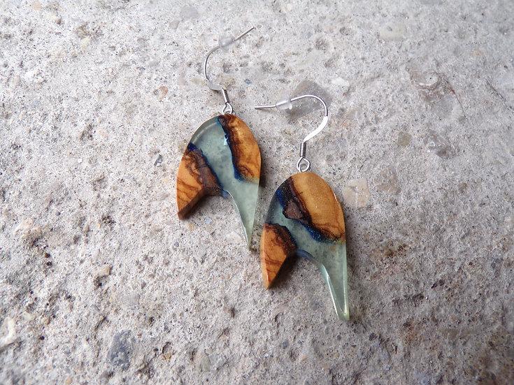 boucles d'oreilles en bois d'olivier et résine bleu clair effet eau