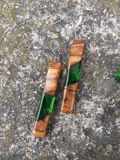 Boucles d'oreilles bâtons en bois d'Olivier et résine verte
