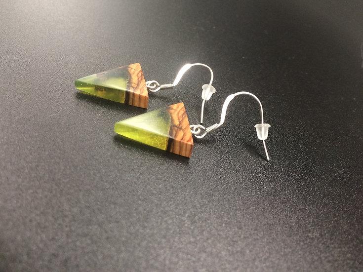 Boucles d'oreilles petite triangle en Olivier et résine jaune