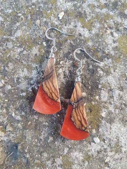 Boucles d'oreilles en olivier et resine orange nacrée