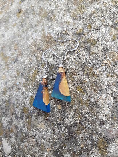 Petites Boucles d'oreilles en olivier et résine bleu
