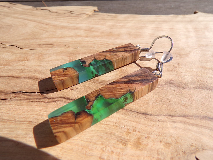 boucles d'oreilles en bois d'olivier et résine bleu effet algues