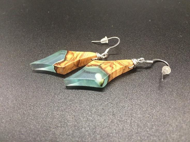 Boucles d'oreilles en Olivier et résine bleu claire phospho vert