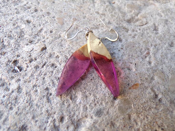 boucles d'oreilles plumes en loupe de buis et résine rose
