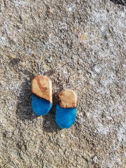 Boucles d'oreilles en olivier et résine bleue